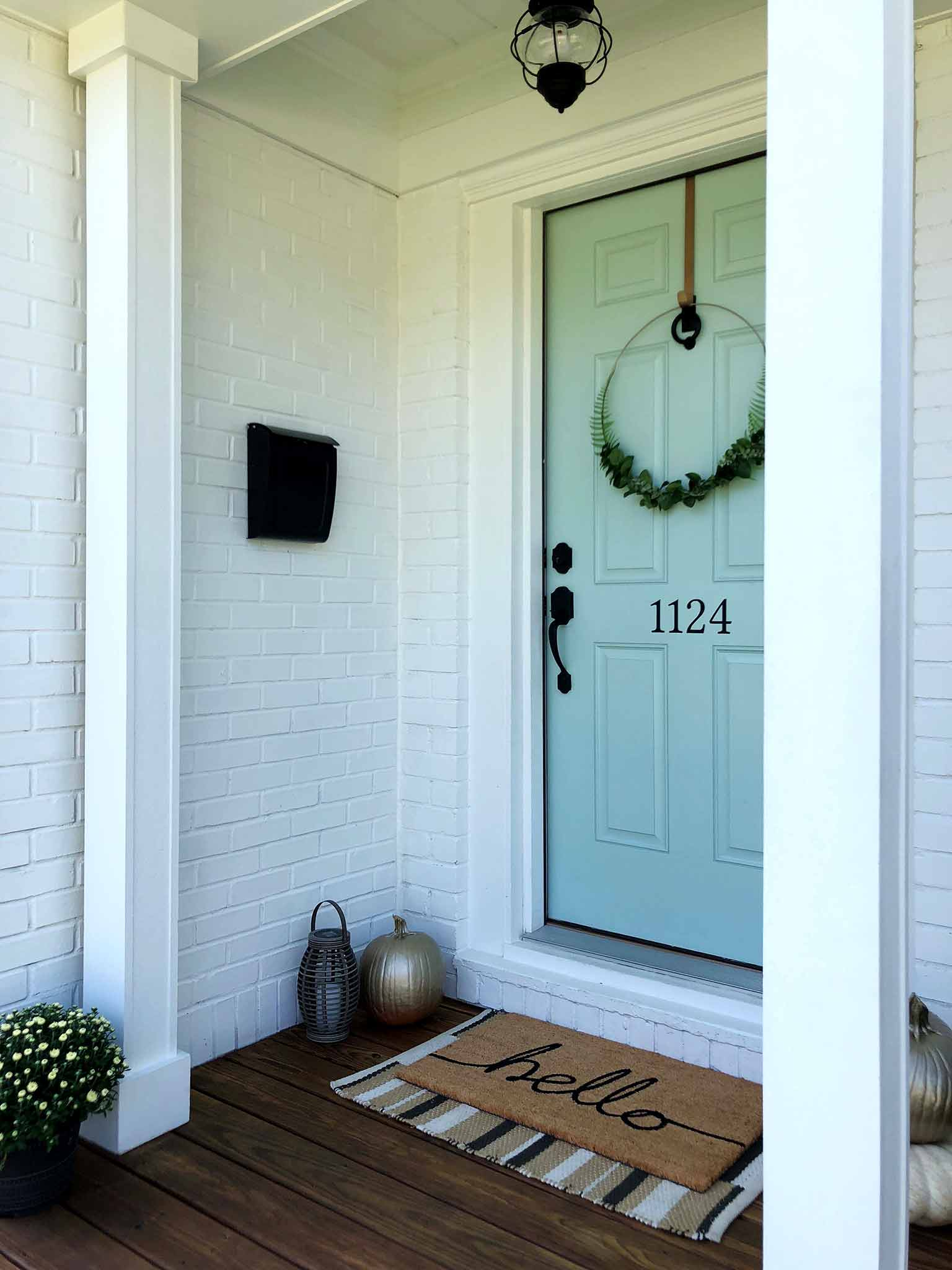 Front porch - how to make a minimalist fall wreath - That Homebird Life Blog
