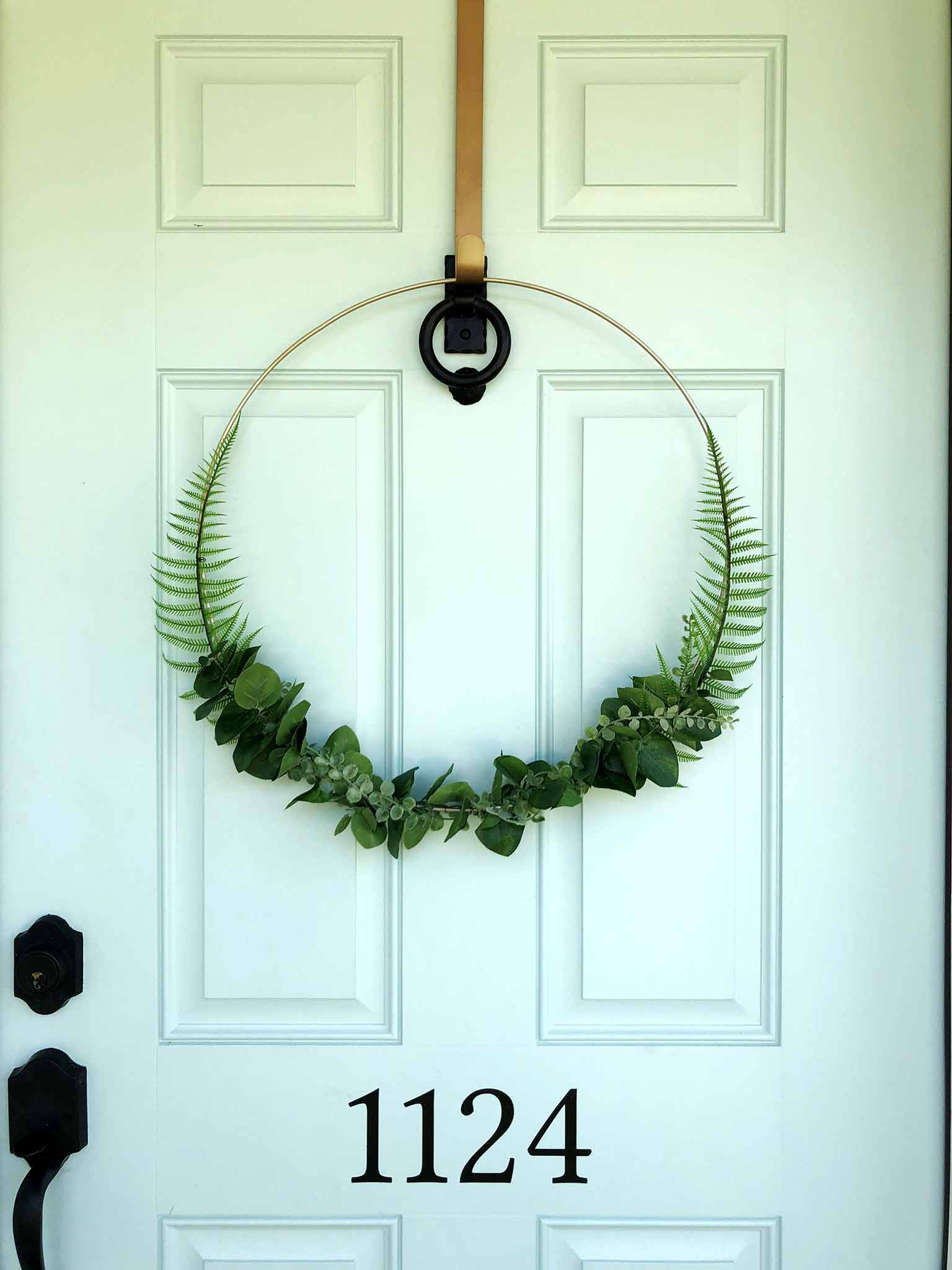 Minimalist faux greenery wreath - Front porch fall makeover reveal - That Homebird Life Blog