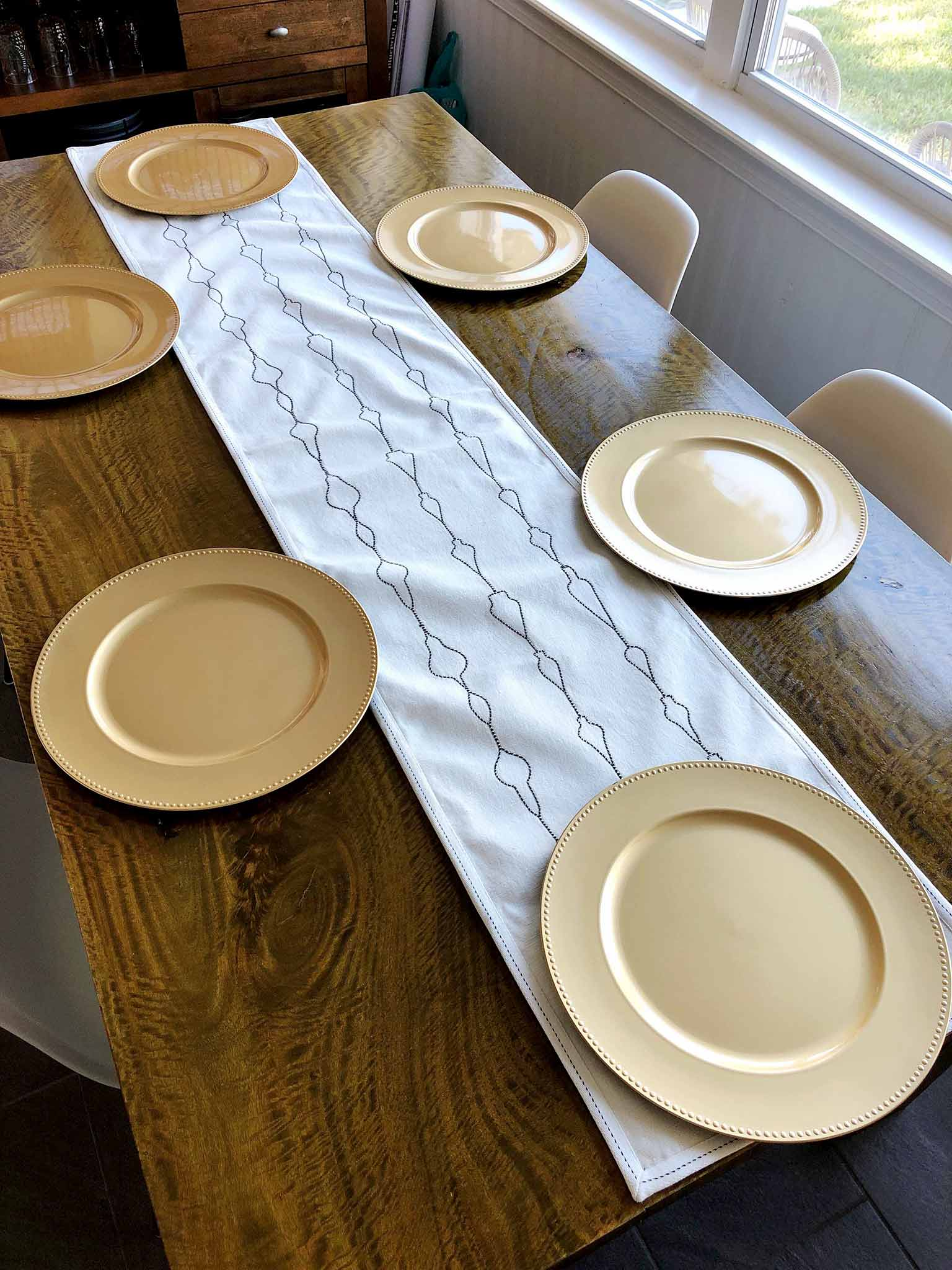 Table runner and gold chargers | How to Create a Beautiful Tablescape on a Budget | That Homebird Life Blog #christmasdecor #tablescape