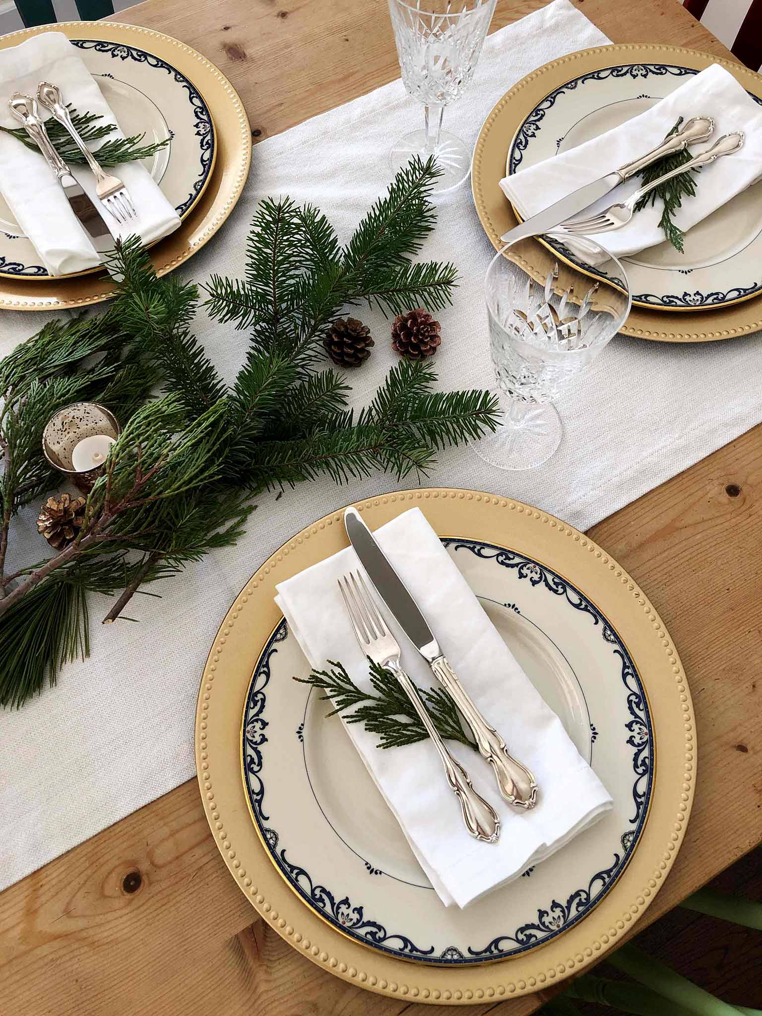 Tablescape details | How to Create a Beautiful Tablescape on a Budget | That Homebird Life Blog #christmasdecor #tablescape