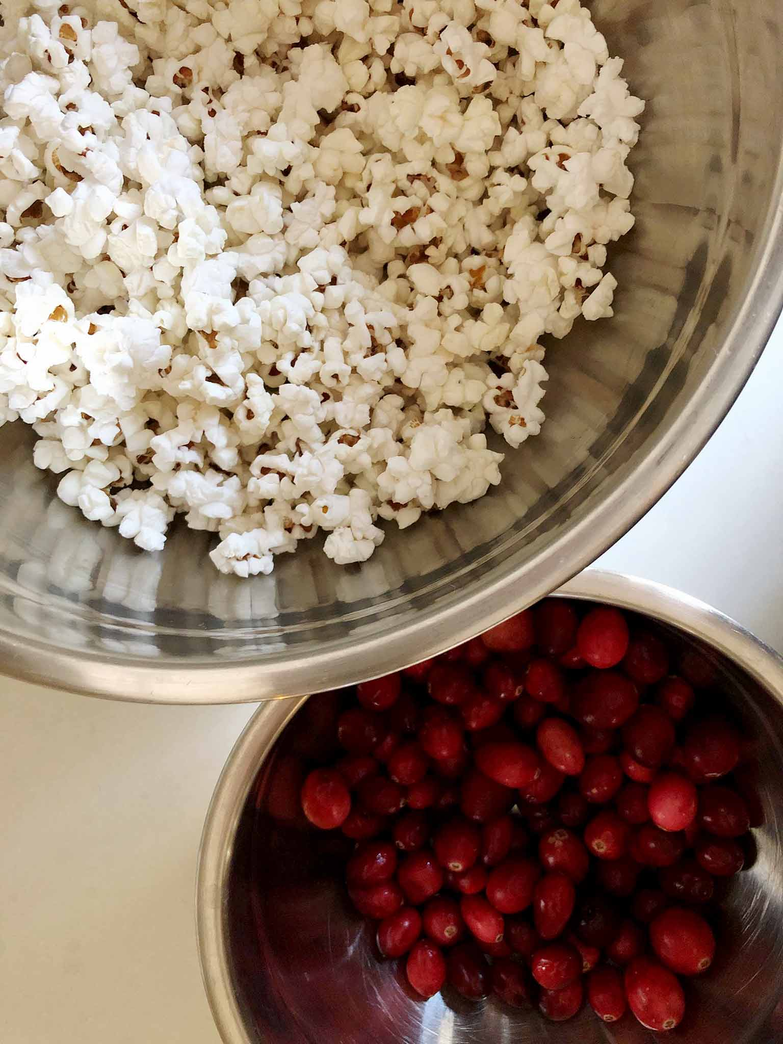 Popcorn and cranberry garland - three simple, quick and inexpensive DIY Christmas garlands - That Homebird Life Blog #christmascraft #christmasmantel